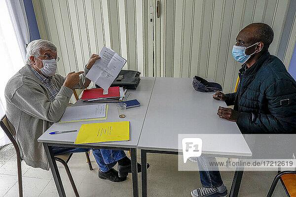 Katholischer Verein hilft Migranten bei Behördengängen in Vernon  Frankreich Katholischer Verein hilft Migranten bei Behördengängen in Vernon, Frankreich