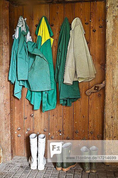 Stillleben; Stiefel  Gummistiefel  Arbeitsjacken  Arbeitsgewand | Still Life; Boots  rubber boots  jackets  working garment