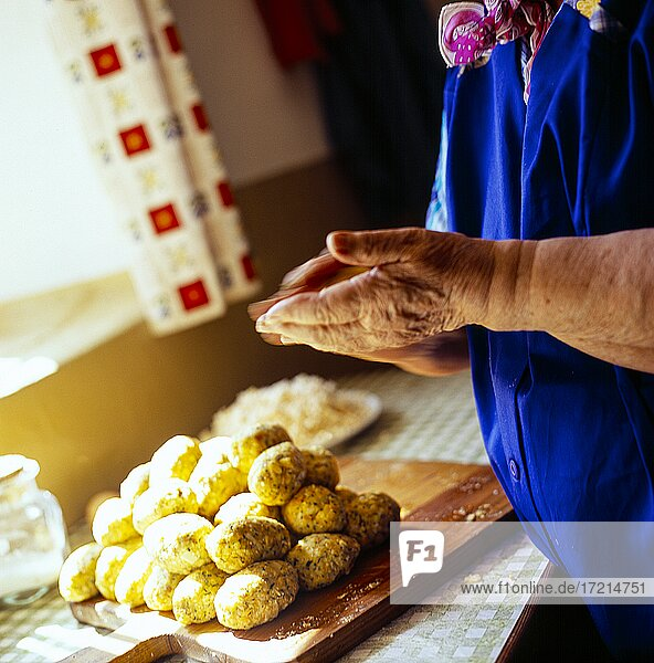 Menschen; baeuerliches Leben  Baeuerin  Bauer  Baeuerin beim Kochen  Kochen  Kueche  Knoedel|People; rural life  peasant  farmer  farmer  cooking  cooking  cuisine  dumplings