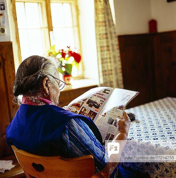 Menschen; baeuerliches Leben; Baeuerin; Bauer; Baeuerin ,  Stube,  Zeitung,  lesen|People; Rural life; Baeuerin; Farmer; Baeuerin,  Stube,  newspaper,  read