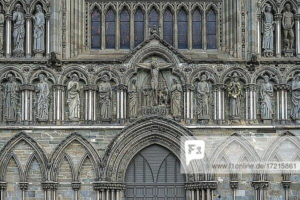 Eingangsportal mit Heiligenfiguren  Nidarosdom  Trondheim  Trøndelag  Norwegen  Europa