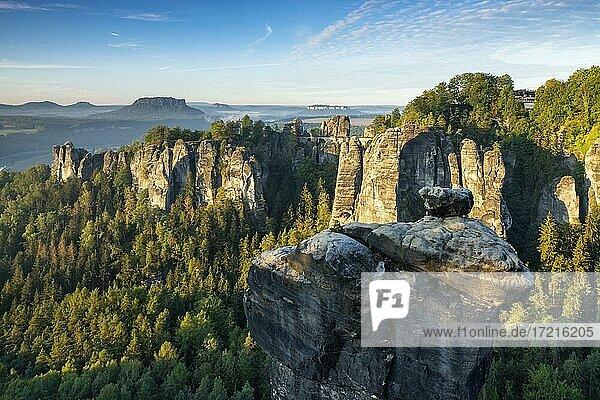 Aussicht auf Wehlnadel  Basteibrücke und Lilienstein  Elbsandsteingebirge  Rathen  Nationalpark Sächsische Schweiz  Sachsen  Deutschland  Europa
