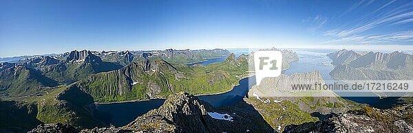 Bergpanorama vom Gipfel des Grytetippen  Fjord und Berge  Senja  Norwegen  Europa