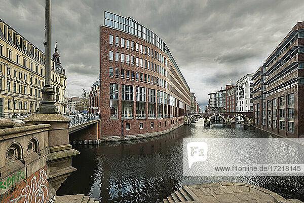 Wolkiger Frühlingstag an der Stadthausbrücke im Herzen der Hansestadt Hamburg. Es sind wenig Menschen und Fahrzeuge unterwegs wegen der herrschenden Corona-Pandemie