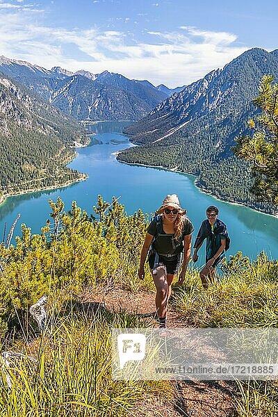 Zwei Wanderer beim Wandern am Plansee  Berge mit See  Ammergauer Alpen  Bezirk Reutte  Tirol  Österreich  Europa