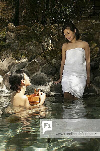 Junge Frauen Freunde entspannen am Onsen-Pool