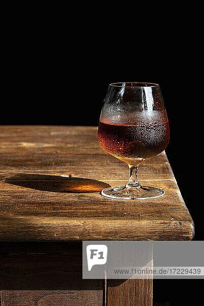 Glas Cognac mit Eiswürfeln