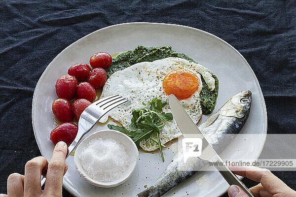 Spiegelei mit Salzhering  marinierten Tomaten und Pesto