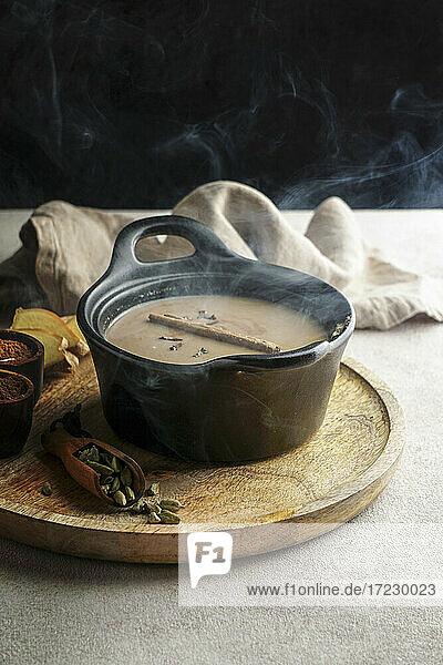 Dampfender Masala Chai-Tee (Indien)