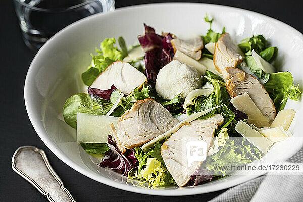 Cäsarsalat mit Hähnchen und Gemüse