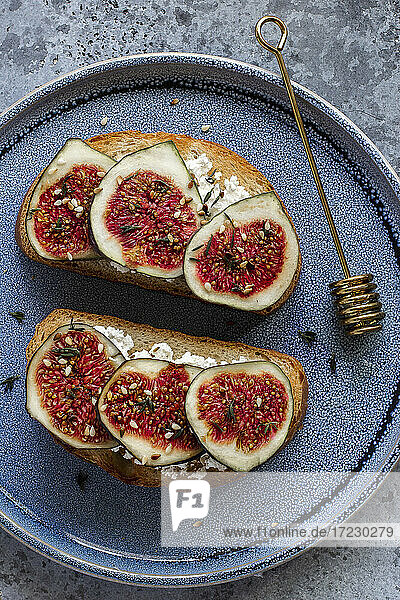 Toast with goat's cheese and figs