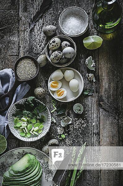 Zutaten für Quinoasalat mit Avocado  Wachteleiern und Spargel
