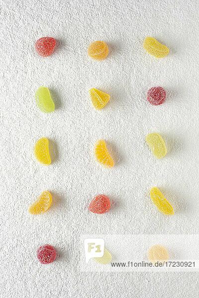 Gummibonbons  gereiht auf weißem Hintergrund