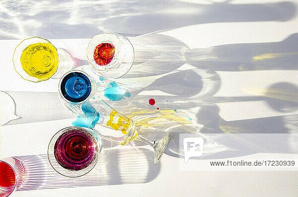 Gläser mit bunten Flüssigkeiten
