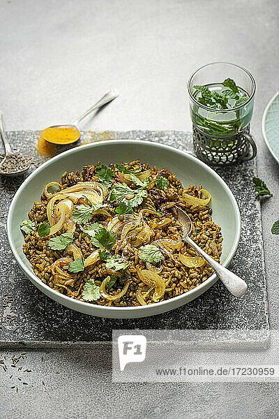 Mejadra (Reis-Linsen-Gericht  Nordafrika) mit Zwiebeln  Gewürzen und frischem Koriander