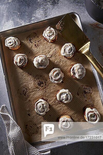 Mini Zimtschnecken mit Zuckerglasur auf Backblech