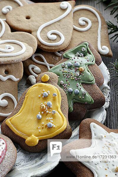 Weihnachtliche Lebkuchen mit Zuckerverzierung