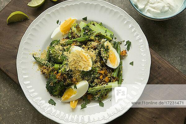 Currygemüse mit Quinoa und gekochten Eiern