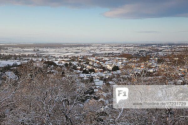 Luftaufnahme der Cotswolds-Stadt Wotton Under Edge im Schnee