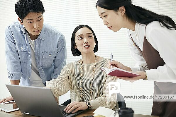 Japanese businesspeople working in the office