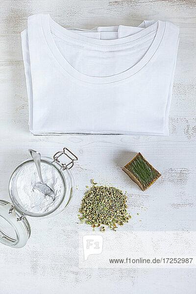 T-Shirt von Bio-Reinigungsprodukten auf strukturiertem Hintergrund T-Shirt von Bio-Reinigungsprodukten auf strukturiertem Hintergrund