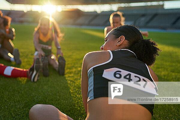 Leichtathletinnen beim Dehnen vor dem Wettkampf