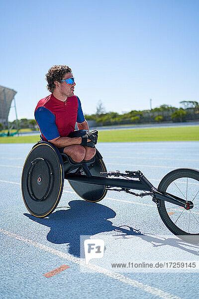 Rollstuhlsportler auf sonniger Sportbahn