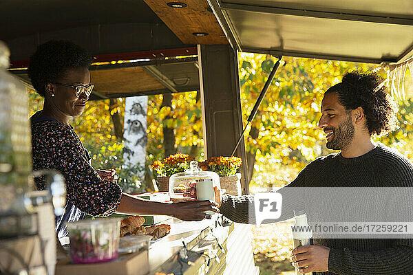 Food Cart-Besitzer serviert Kaffee an Kunden