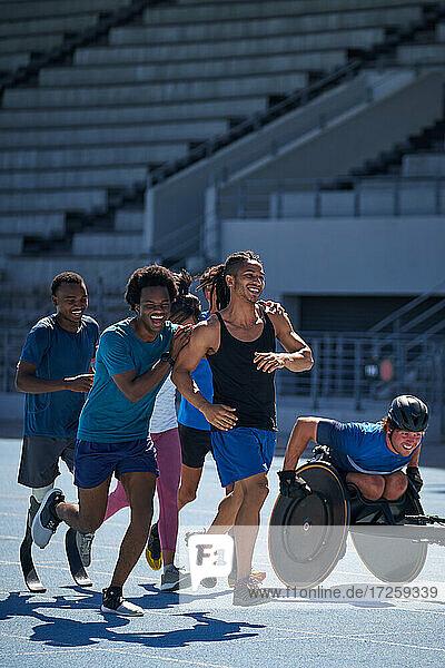 Glückliche Sportler auf sonniger Sportbahn