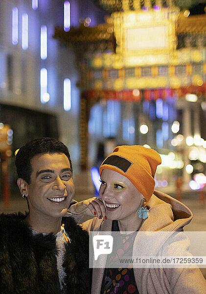 Portrait glückliches stilvolles Paar am Chinatown Gate bei Nacht  London  UK