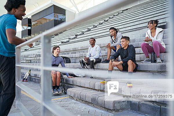 Sportlerfreunde im Gespräch auf der Stadiontribüne