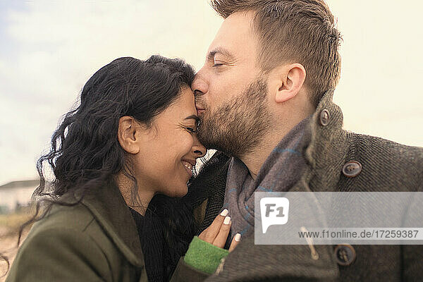 Glückliches zärtliches Paar küssend