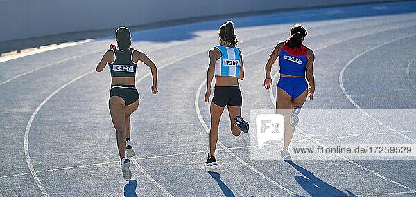 Leichtathletinnen im Wettkampf auf der Bahn