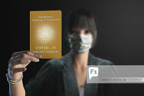 Porträt Geschäftsfrau zeigt Covid-Immunitäts-Pass