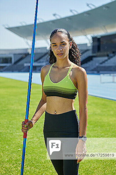 Porträt selbstbewusste weibliche Leichtathletin mit Speer