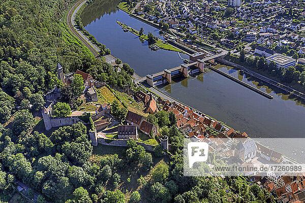 Luftaufnahme der Stadt Hirschhorn am Neckar im UNESCO-Global-Geopark Bergstraße-Odenwald  Hessen  Bergstraße  Odenwald  Süddeutschland  Deutschland  Europa.