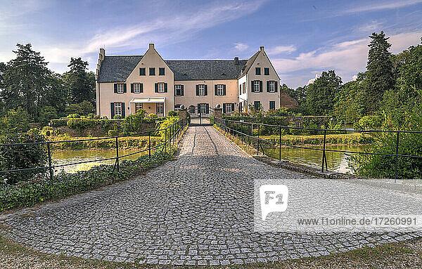 Burg Heimerzheim in Nordrhein-Westfalen in Heimerzheim bei Bonn  Deutschland  Europa  Wasserschloss.