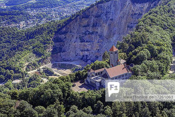 Luftaufnahme der Wachenburg in Weinheim  UNESCO-Global-Geopark Bergstraße-Odenwald  Hessen  Bergstraße  Odenwald  Süddeutschland  Deutschland  Europa.