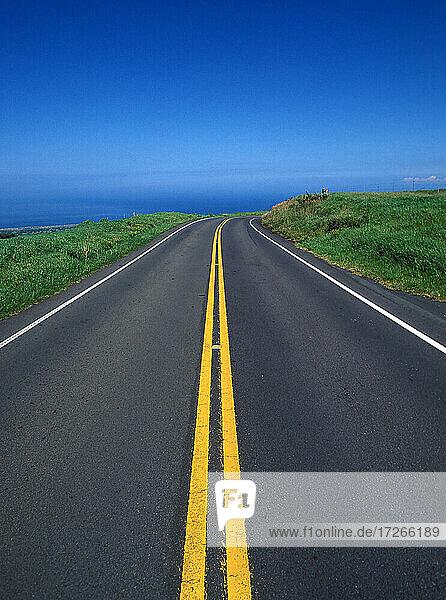 USA  Hawaii  Big Island  Leere Straße nahe Meeresküste