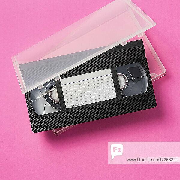 Studioaufnahme einer VHS-Kassette mit leerem Etikett