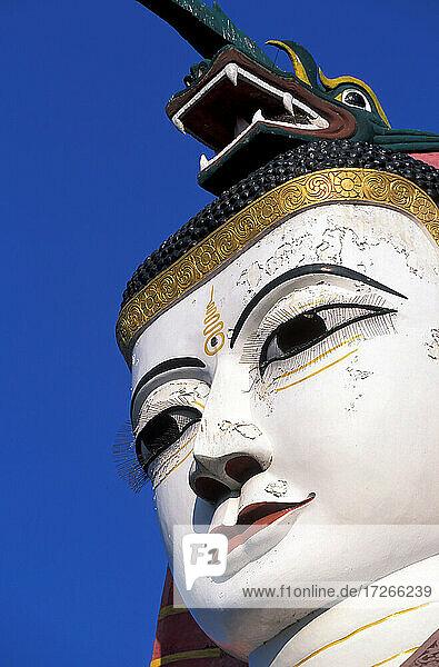 Myanmar  Mandalay  Riesige Buddha-Statue im buddhistischen Tempel