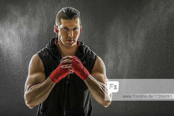 Porträt eines muskulösen Mannes mit Boxhandschuhen