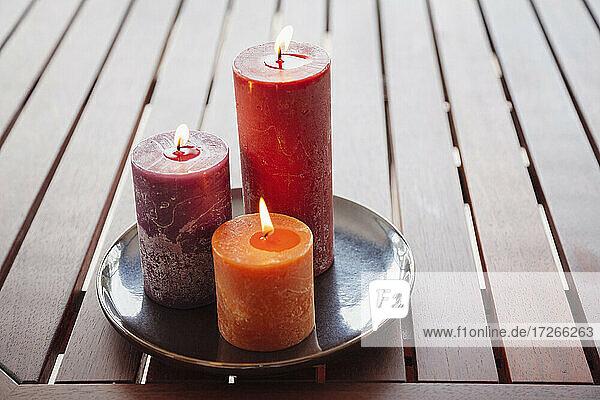 Kerzen und Steine auf Holztisch