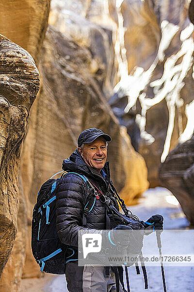 USA  Utah  Escalante  Mann beim Wandern im Slot Canyon im Grand Staircase-Escalante National Monument