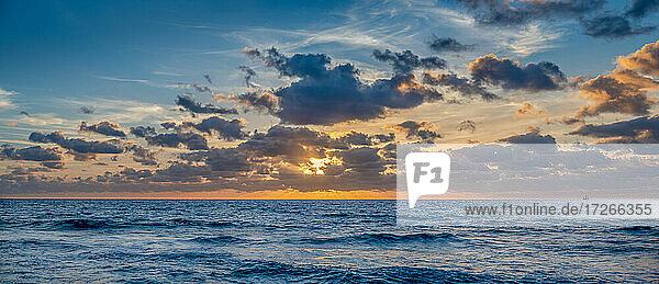 USA  Florida  Boca Raton  Sonnenaufgang über dem Meer