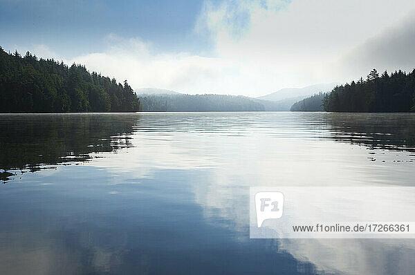 USA  New York  Tupper Lake  Wolken spiegeln sich in der Saginaw Bay am Upper Saranac Lake