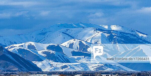 USA  Idaho  Bellevue  Szenische Landschaft mit schneebedeckten Bergen