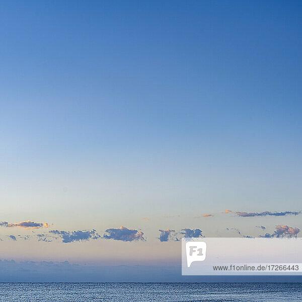 USA  Florida  Boca Raton  Blauer Himmel und Wolken über dem Meer bei Sonnenuntergang