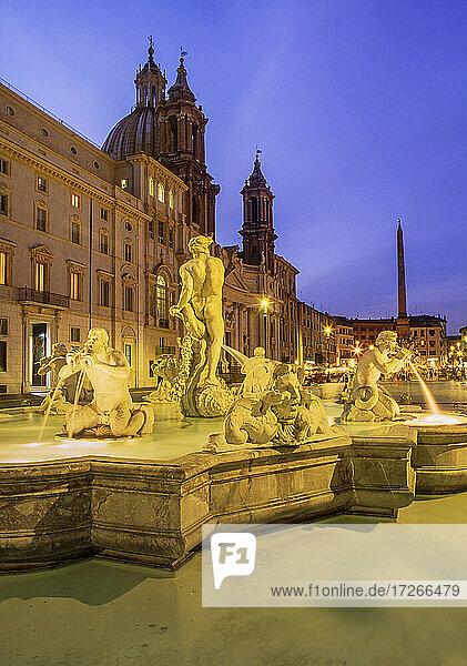 Italien  Latium  Rom  Trevi-Brunnen in der Abenddämmerung