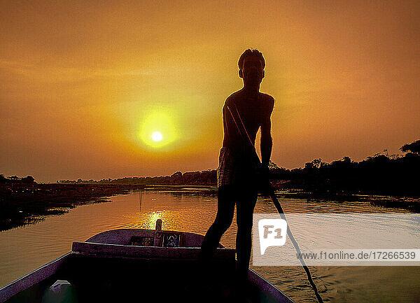 Indien  Agra  Bootsmann bei Sonnenuntergang
